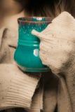 drank De rode kopmok van heet drinkt theekoffie in handen Royalty-vrije Stock Fotografie