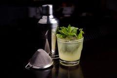 Drank die hulpmiddelen voor de kalk en de munt van de mojitococktail maakt Stock Foto