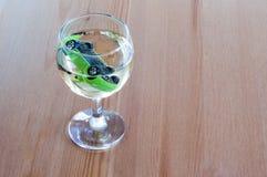 Drank en aandrijvings witte van het de auto zeer belangrijke einde van het wijnglas het conceptenclose-up stock afbeeldingen