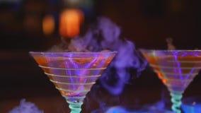Drank in glas met het effect van droog ijs De barman toont stock videobeelden