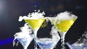 Drank in glas met het effect van droog ijs De barman toont stock video