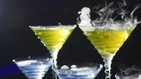 Drank in glas met het effect van droog ijs De barman toont stock footage