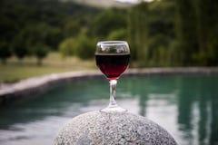 Drank in lang glas in poolside Verfrissing op de zomerdag Purpere sapcocktail of wijnstok stock fotografie