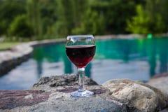 Drank in lang glas in poolside Verfrissing op de zomerdag Purpere sapcocktail of wijnstok royalty-vrije stock fotografie