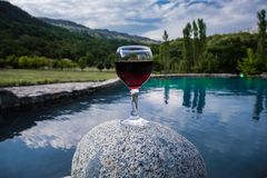 Drank in lang glas in poolside Verfrissing op de zomerdag Purpere sapcocktail of wijnstok stock afbeelding