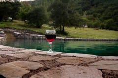 Drank in lang glas in poolside Verfrissing op de zomerdag Purpere sapcocktail of wijnstok stock foto's