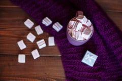Drank Marshmellow in purpere mokken en giften r Royalty-vrije Stock Afbeelding