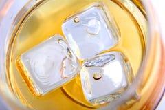 Drank met drie kubussen van ijs Royalty-vrije Stock Foto's