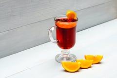 Drank of drank met sinaasappel Cocktail of overwogen wijndrank met jus d'orange Cocktailconcept Glas met overwogen Stock Afbeelding