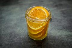 Drank met sinaasappel in een kruik stock fotografie