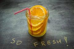 Drank met sinaasappel in een kruik royalty-vrije stock afbeeldingen