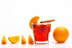 Drank of drank met sinaasappel en kaneel Cocktail en barconcept Glas met overwogen wijn of hete cider dichtbij sappig Royalty-vrije Stock Afbeeldingen