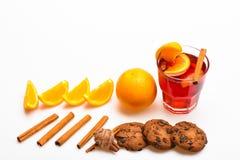 Drank of drank met sinaasappel en kaneel Cocktail en barconcept Overwogen wijn dichtbij plakken van sinaasappel Glas met Royalty-vrije Stock Afbeeldingen