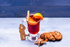 Drank of drank met sinaasappel en kaneel in duisternis Overwogen wijn met koekjes Datum met wijnconcept Glas van Stock Foto