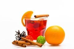 Drank of drank met sinaasappel en kaneel Het concept van de de wintercocktail Glas met overwogen wijn of hete cider dichtbij sina Royalty-vrije Stock Fotografie