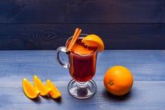 Drank of drank met sinaasappel en kaneel Overwogen wijn met jus d'orange Drank en cocktailconcept Glas met overwogen Royalty-vrije Stock Foto