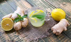 Drank over gember en citroensap Stock Foto