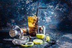Drank van Cuba libre, de alcoholische drank met kalk en het ijs dienden in restaurant en bar Stock Fotografie