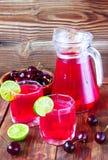 Drank van zoete kers en een kalk Royalty-vrije Stock Fotografie