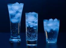 drank Waterglas en ijs, donkere achtergrond Royalty-vrije Stock Afbeelding