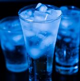 drank Waterglas en ijs, donkere achtergrond Stock Fotografie