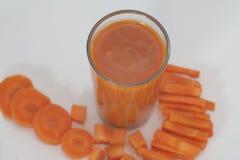 drank Wortelsap en plakken van verse wortel op witte achtergrond stock foto's