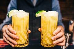 Dranken bij bar Alcoholische oranje die wodka met kalk bij restaurant en bar of bar wordt gediend Royalty-vrije Stock Fotografie