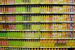 Dranken bij supermarkt royalty-vrije stock afbeelding