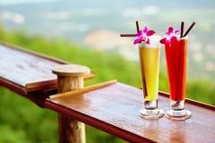 dranken De zomercocktails in Tropisch Restaurant Reis naar Thail royalty-vrije stock afbeelding