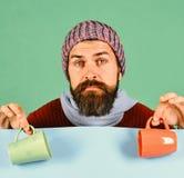 Dranken en comfortabele seizoentijd Mens in warme hoed royalty-vrije stock afbeelding