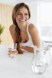 dranken Gelukkig meisjes drinkwater Gezondheidszorg Gezonde Levensstijl stock fotografie