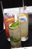 Dranken met sinaasappel, kalk en citroenplak Royalty-vrije Stock Fotografie