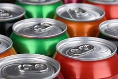 Dranken zoals kola en limonade in blikken royalty-vrije stock afbeeldingen