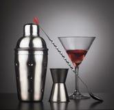 Drankenschudbeker met cocktailhulpmiddelen en glas royalty-vrije stock afbeelding