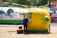 Drankentribune in de vorm van een grote citroen royalty-vrije stock afbeelding