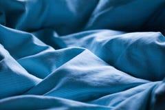 Drap bleu doucement de sommeil dans le matin doux ou égaliser romant photos stock