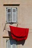 Drap rouge accrochant pour sécher photos stock