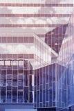 Drapacz chmur krystaliczna fasada z niebieskich nieb odbiciami niebieski tła architekturę kompasowy głębokie rysunek pusta kopii  Obraz Royalty Free