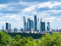 drapacz chmur miasto pod zmrokiem - błękit chmurnieje obraz royalty free