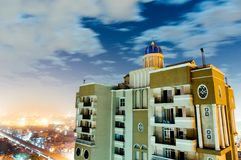 Drapacz chmur strzelał przeciw noida pejzażowi miejskiemu na chmurnej nocy Obraz Stock