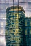 Drapacz chmur szkło i metal odbija w lustrzanej ścianie inny zdjęcia stock
