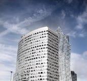 Drapacz chmur szklany i stal rżnięty conical kształt zdjęcie royalty free