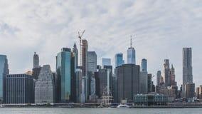 Drapacz chmur w centrum Manhattan nad Wschodnią rzeką, przeglądać od mostu brooklyńskiego parka w Brooklyn, Nowy Jork, usa zdjęcie stock