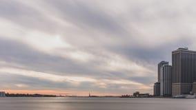 Drapacz chmur w centrum Manhattan nad Wschodnią rzeką, przeglądać od mostu brooklyńskiego parka w Brooklyn, Nowy Jork, usa zdjęcie royalty free
