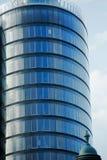 Drapacz chmur w centrum miasta z szklanymi okno Obrazy Stock