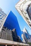 Drapacz chmur w Manhattan z wyginającą się szklaną fasadą Obraz Stock