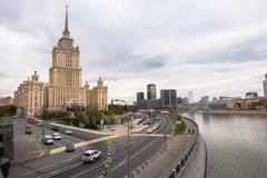 Drapacz chmur w Radzieckim imperium stylu - budynek Radziecki hotelowy ` Ukraina ` na Moskwa rzeki bulwarze Obrazy Stock