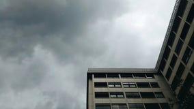Drapacz chmur z szarym niebem i okno Zdjęcia Royalty Free