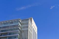 Drapacza chmur budynek przeciw niebieskiego nieba tłu Obrazy Royalty Free