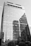 Drapacza chmur budynek z szklaną fasadą na niebieskim niebie Architektura i projekt Handlowa własność lub nieruchomość sukces obraz royalty free